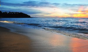 Pantai Senggigi 300x180 10 Tempat Wisata di Lombok yang Wajib Dikunjungi
