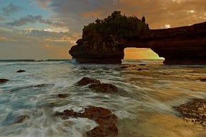 Pura Batu Bolong 300x200 10 Tempat Wisata di Lombok yang Wajib Dikunjungi