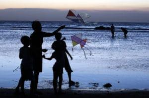 Sore hari menerbangkan layang layang di Pantai Carita