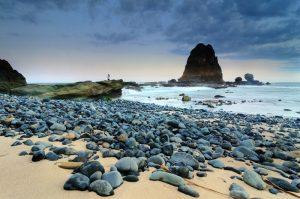 Batuan pantai jadi objek menarik di Pantai Papuma