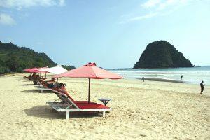 Berjemur di atas pasir Pantai Pulau Merah bisa jadi kegiatan yang cukup menenangkan