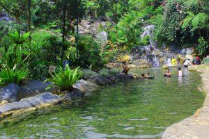 Bersantai menikmati guyuran air di Pemandian Air Panas Ciater