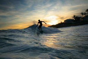 Berselancar jadi kegiatan favorit di Pantai Senggigi