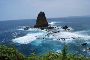 Deburan ombak menghantam karang di Pantai Papuma