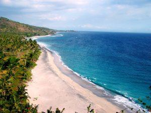 Hamparan pasir putih bertemu air jernih kebiruan jadi pemandangan yang cantik di Pantai Senggigi