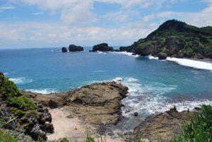 Langit dan air sama birunya di Pantai Siung