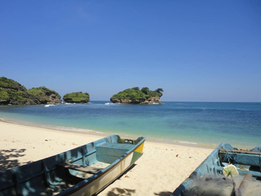 8 Pantai di Pacitan yang Sayang Untuk Dilewatkan