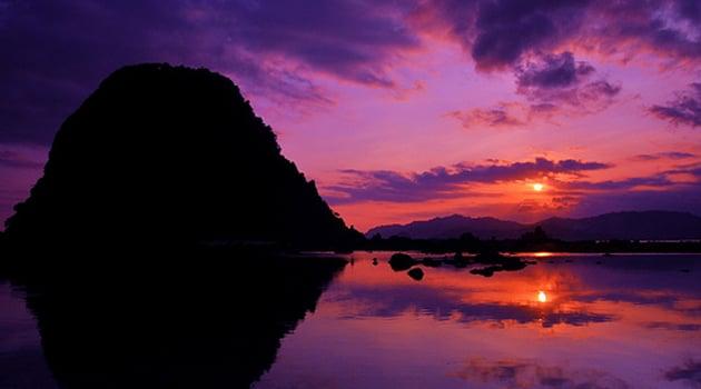Pemandangan cantik seperti inilah yang tak boleh terlewat saat berada di Pantai Pulau Merah