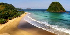 Pulau kecil ini menjadi ciri khas Pantai Pulau Merah