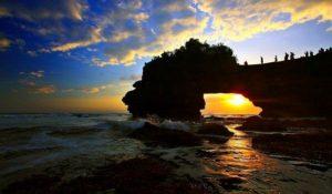 Pura Batu Bolong di Pantai Senggigi