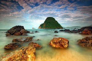 Salah satu spot fotografi terbaik di Pantai Pulau Merah