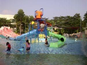 Tak hanya anak-anak, orang dewasa pun senang bermain air di kolam The Jungle