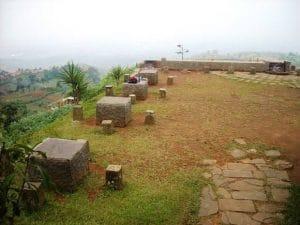 kursi dan meja batu Warung Daweung