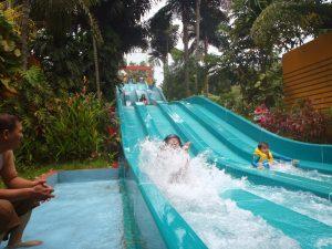 Anak-anak aman bermain seluncur air di The Jungle