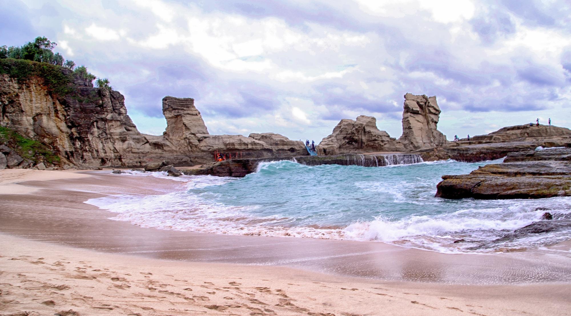 8 Pantai Di Pacitan Yang Sayang Untuk Dilewatkan Di Tahun 2021