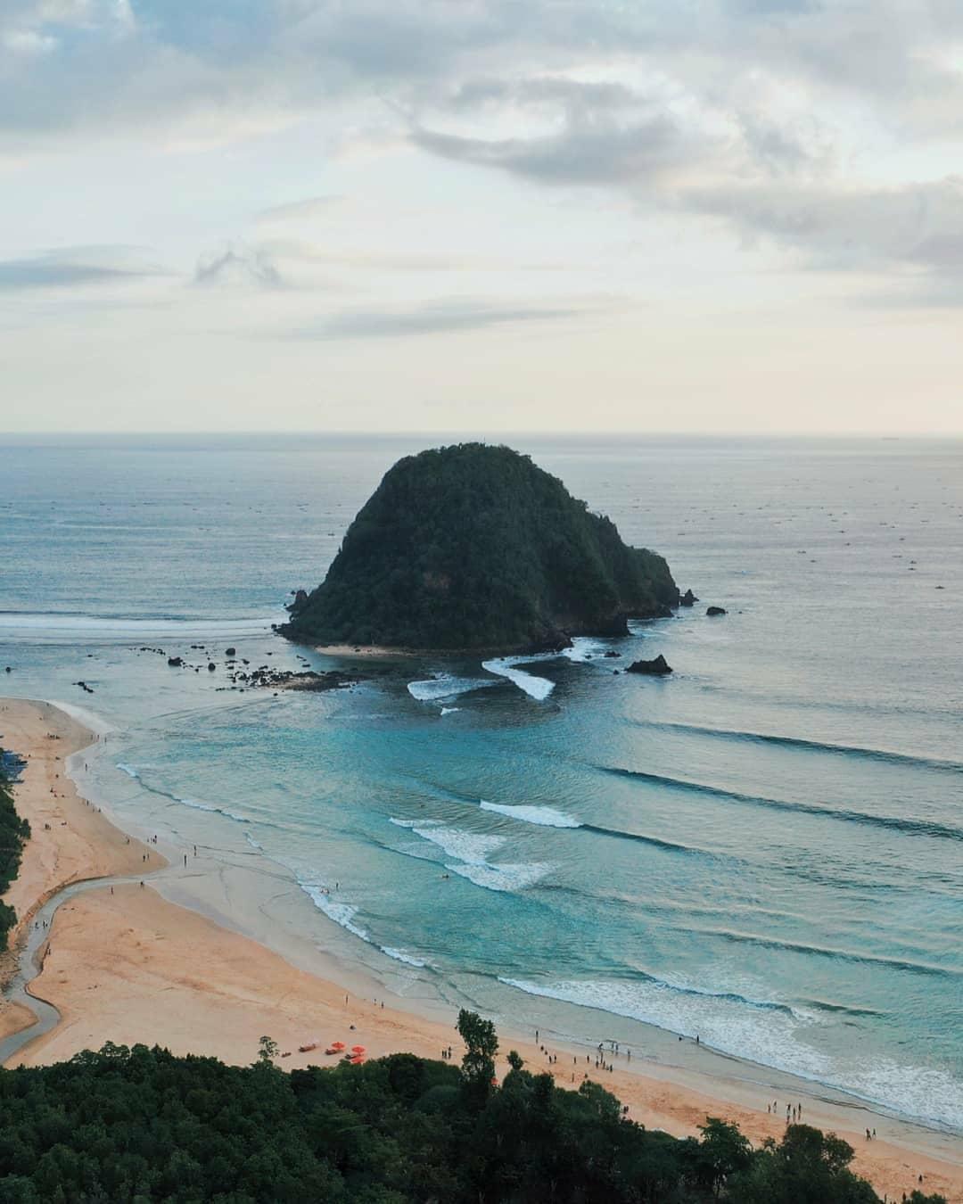 Pantai Pulau Merah, Banyuwangi (ferdiozom_)