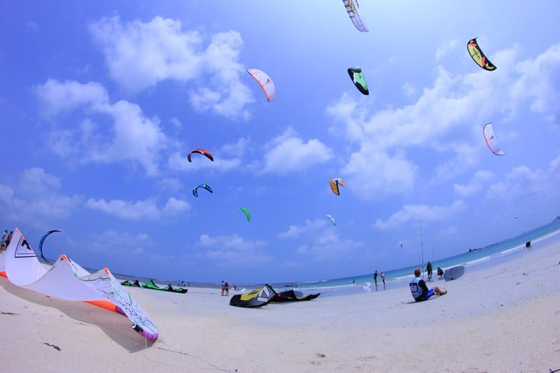 Pesona Pantai Trikora Yang Memukau Para Petualang