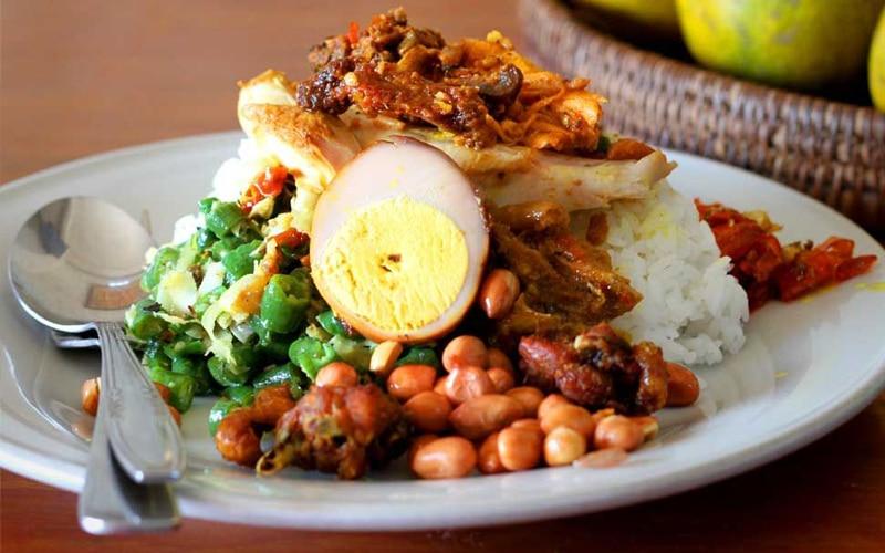Nasi ayam kedewatan makanan khas Bali