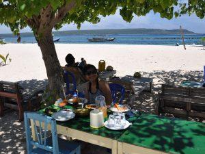Makan di tepi Pantai