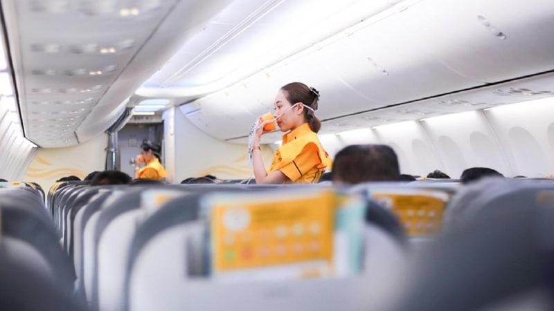 Sesaat sebelum lepas landas, perhatikan instruksi keselamatan yang diperagakan awak pesawat