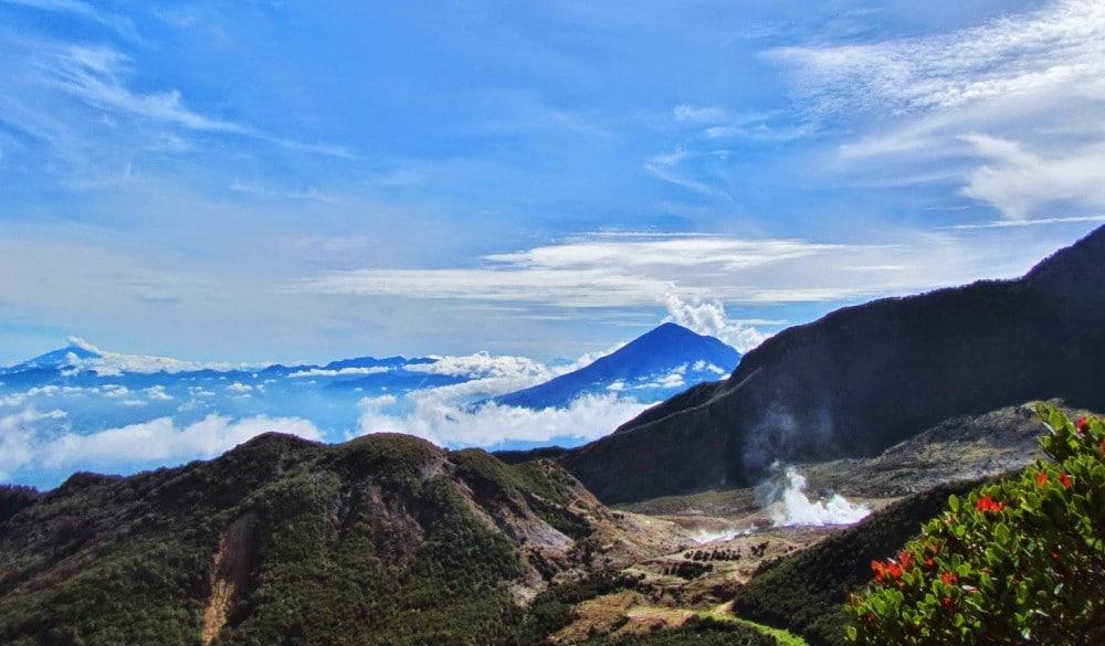 Wisata Alam Garut - kawah belerang Papandayan (Hipwee)