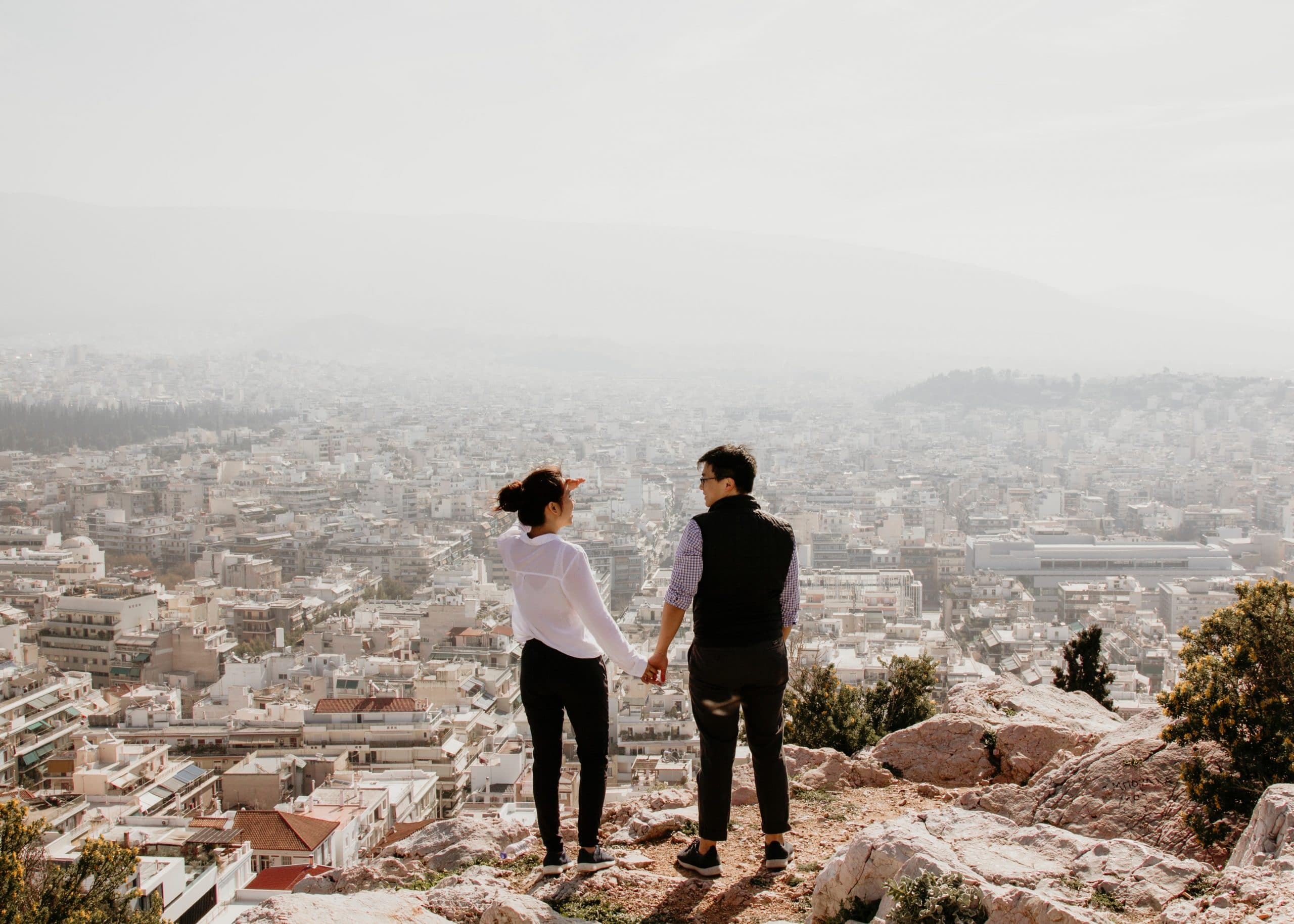 Pasangan Berpegangan Tangan Melihat Satu Sama Lain (clearsky)