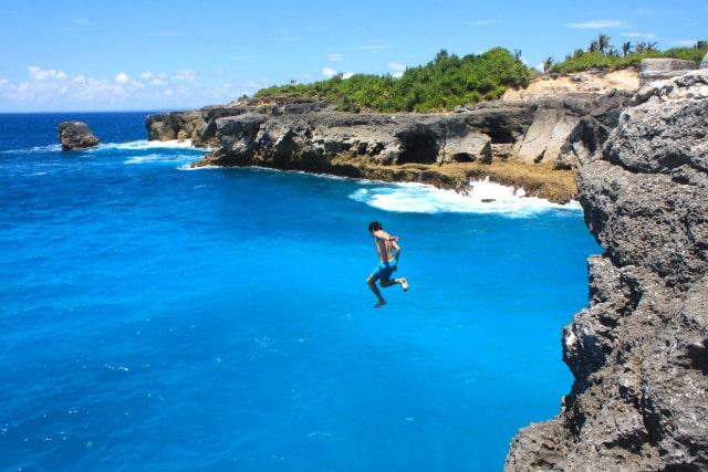 Tips Solo Traveling - Lompat Tebing Blue Lagoon Nusa Ceningan Bali (kumparan)