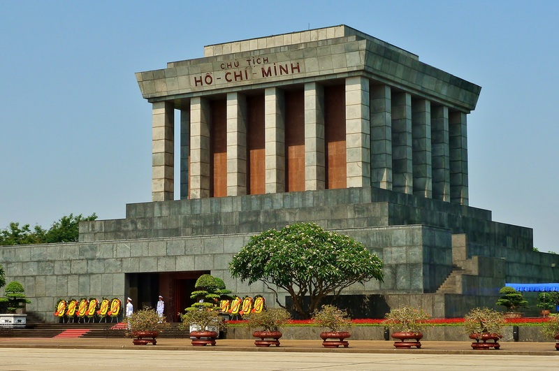 Tempat Wisata di Hanoi - Ho Chi Minh Mausoleum (evivatour)