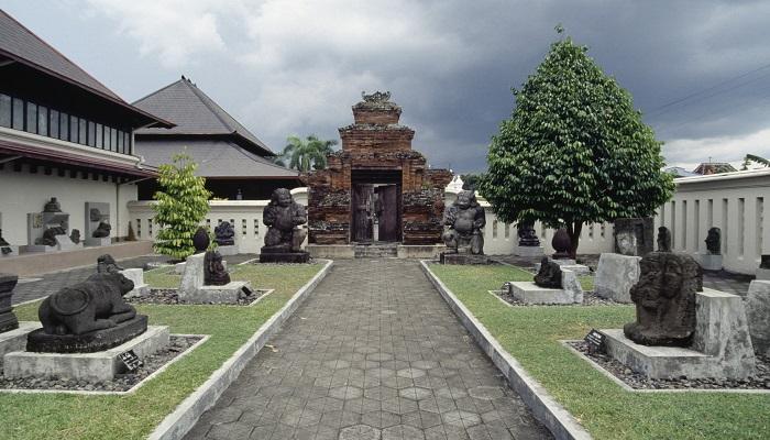 Tempat Wisata di Jogja Dekat Malioboro - Museum Sonobudoyo (sewamobiljogja)